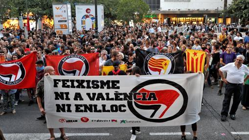 Imagen de la protesta de este luubes de grupos independentistas ante la Delegación del Gobierno