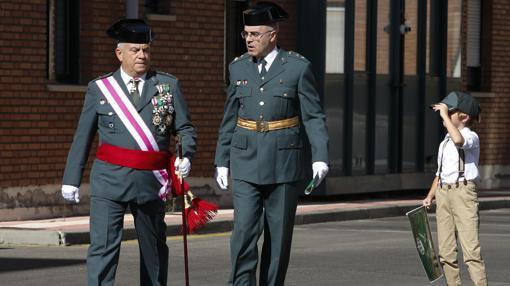El general jefe de la XII Zona de la Guardia Civil de Castilla y León, Francisco Javier Sualdea, participa en los actos organizados en la Comandancia de León con motivo de la festividad del Pilar