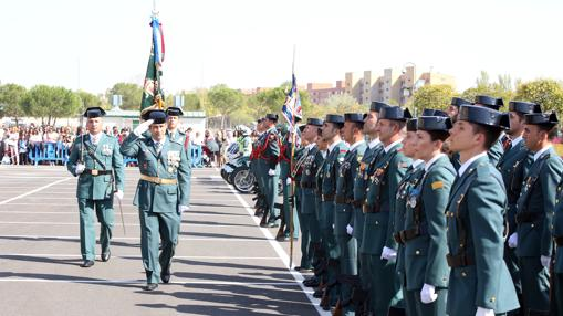 El coronel jefe de la Comandancia de la Guardia Civil de Valladolid, Juan Miguel Recio Álvarez, pasa revista antes de dar comienzo la celebración de la festividad de la Virgen del Pilar