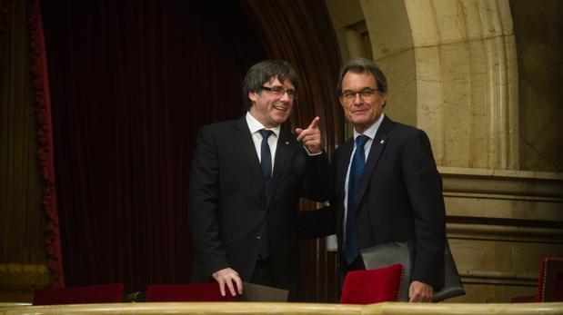Artur Mas, junto al presidente Puigdemont, el martes en el Parlament