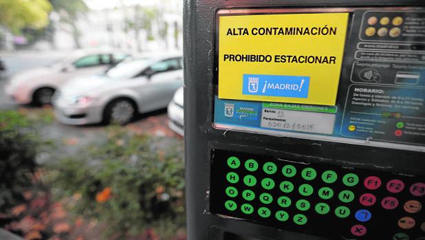 Una pegatina en un parquímetro advierte de que no se puede estacionar en toda la zona SER