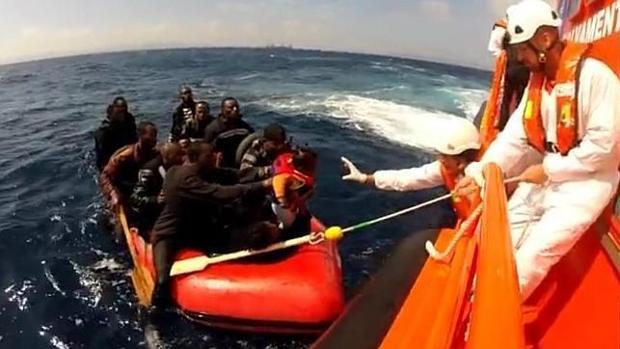 Imagen de archivo de otro rescate en aguas del Estrecho