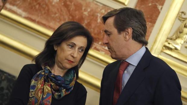 Los portavoces en el Congreso de PSOE y PP, Margarita Robles y Rafael Hernando