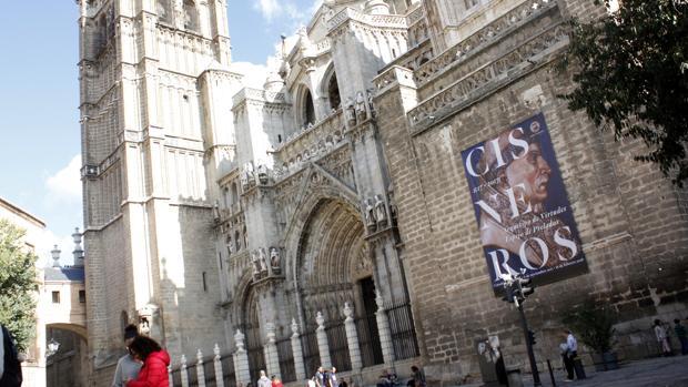 Cartel anunciador de la exposición sobre Cisneros, en la fachada de la catedral de Toledo