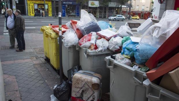 Contenedores de basura sin recoger en el distrito de Latina durante la primera jornada de huelga