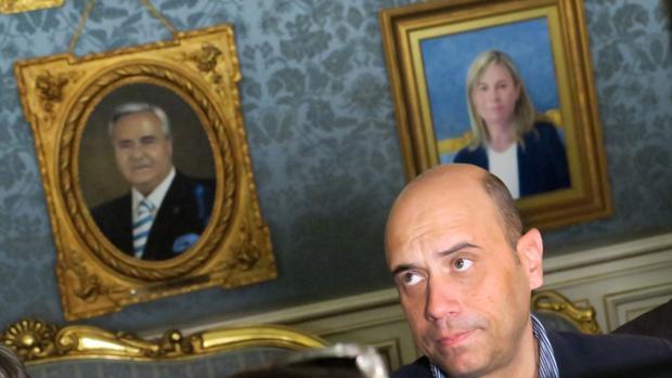 Imagen de Echávarri ante los retratos de los dos últimos alcaldes de Alicante