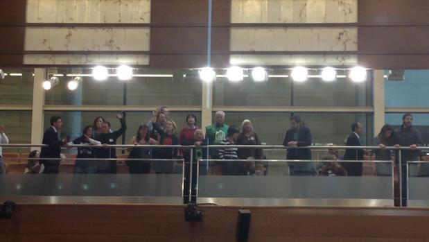 Momento del desalojo de los miembros de la plataforma antidesahucios de la tribuna de público de la Asamblea de Madrid