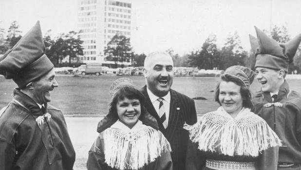 El entonces alcalde de Benidorm, en Helsinki (Finlandia) con una familia de cazadores de renos en Laponia, ataviados con sus trajes típicos, en 1965