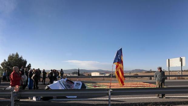 Un grupo de manifestantes cortan la A-2 a la altura de Ódena (Barcelona) este martes