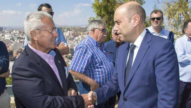 Luis Díaz Alperi saludando al actual alcalde de Alicante, Gabriel Echávarri