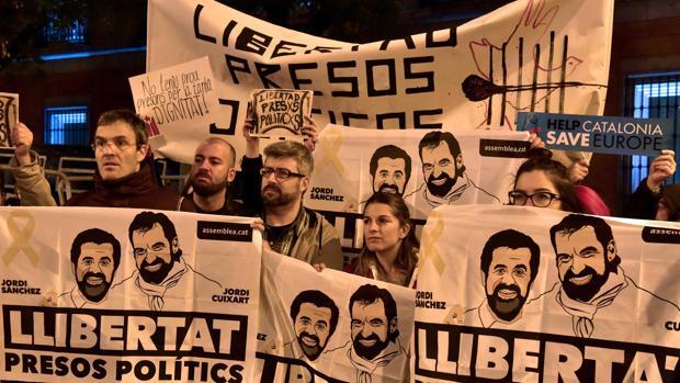 Manifestantes piden la liberación de Jordi Sánchez y Jordi Cuixart