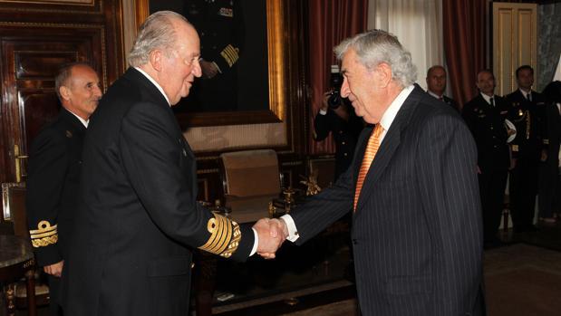 El Rey Don Juan Carlos recibe el saludo del marqués de Santa Cruz antes de la reunión del Patronato del Museo Naval de Madrid