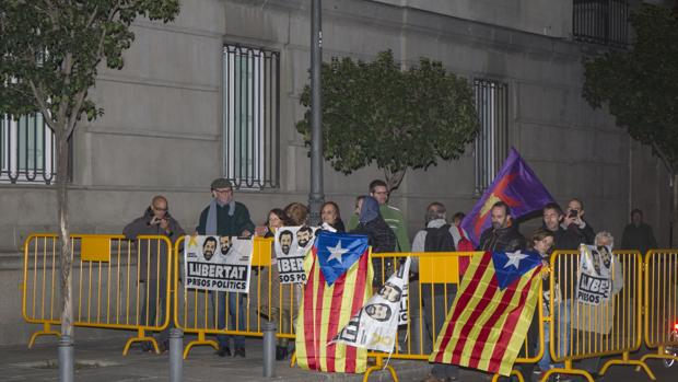 Un reducido grupo de manifestantes se congregó a las puertas del Tribunal Supremo en Madrid