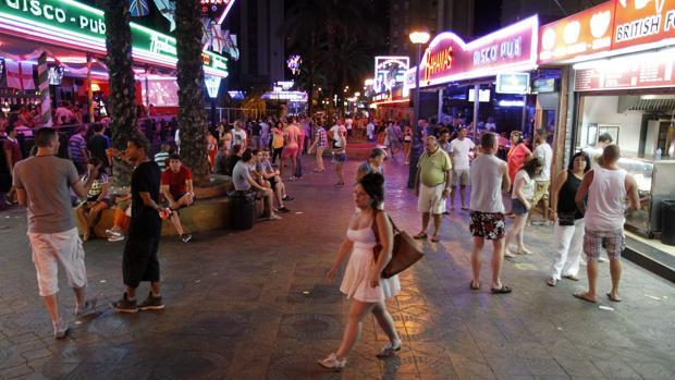Imagen del ambiente de una noche de fiesta en las calles de Benidorm en verano