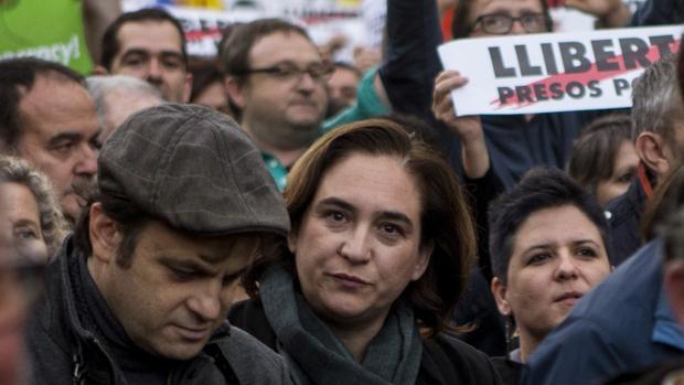 La alcaldesa de Barcelona Ada Colau (c) participa en la manifestación convocada por la ANC y Omnium