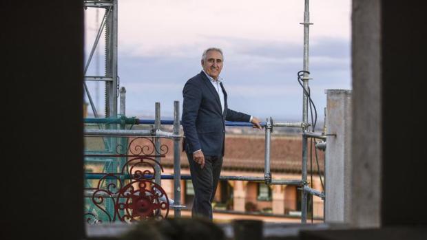 Adolfo Muñoz, en la terraza del hotel, todavía en obras