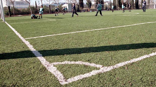 Césped artificial en un campo de fútbol