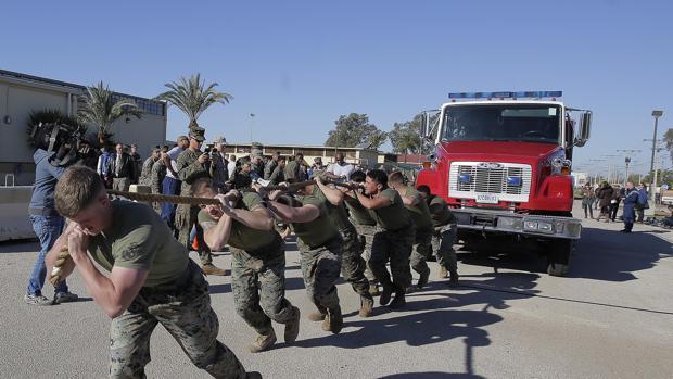 Militares tiran de un camión de bomberos durante la jornada de puertas abiertas en Morón