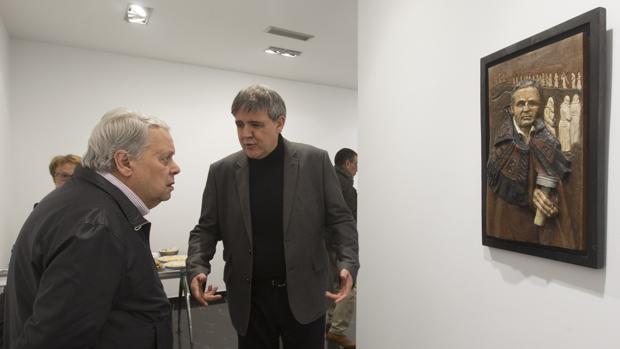 Ricardo Flecha (dcha.), junto a una de las obras expuestas