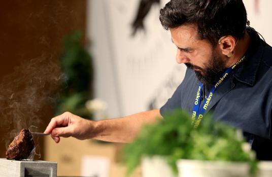 El chef Estanis Carenzo, con la preparación de presa iberica durante el I Foro Internacional del Ibérico