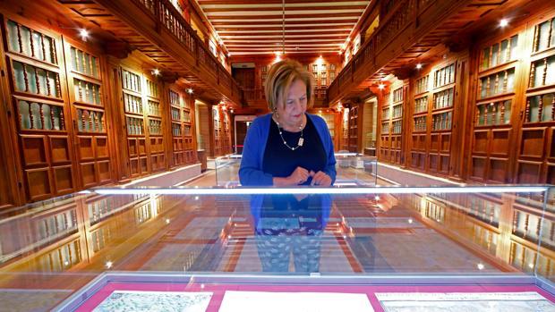 El Archivo de Simancas conserva hoy 13 kilómetros de documentos entre mediados de los siglos XV y XIX. En la imagen, la directora Julia Gutiérrez, en una de sus salas principales, hoy convertida en biblioteca y lugar de exposiciones