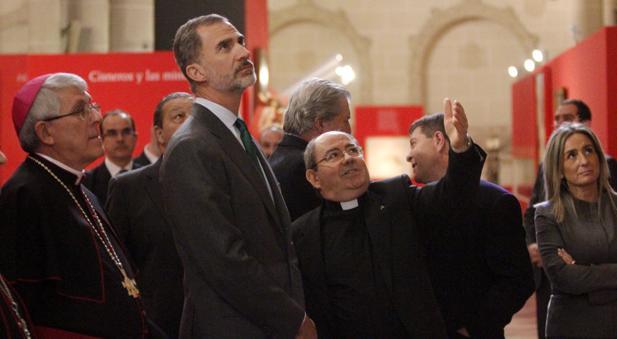 El Rey siguiendo las explicaciones del canónigo Juan Pedro Sánchez