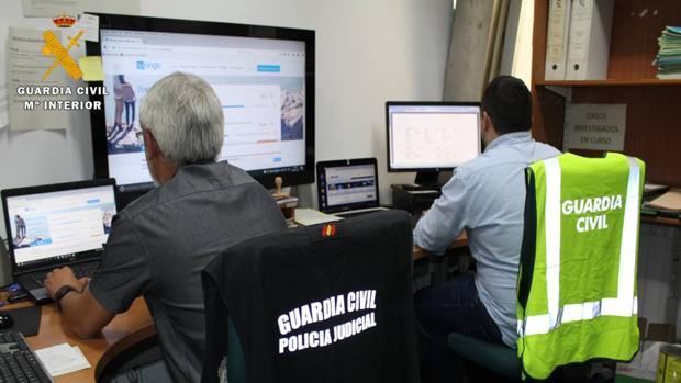 Agentes especializados en delitos tecnológicos de la Guardia Civil de Zaragoza, desde donde se ha llevado a cabo la investigación