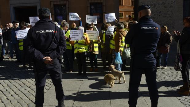 Un grupo de personas protestan con carteles, en la Plaza de la Villa