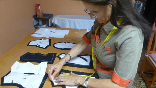 Conchi Bayón, y su ayudante Rosario Martín han invertido 200 horas en la elaboración del traje