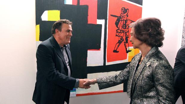 Miguel Ángel Villarino saluda a la Reina Doña Sofía, durante la entrega de los premios