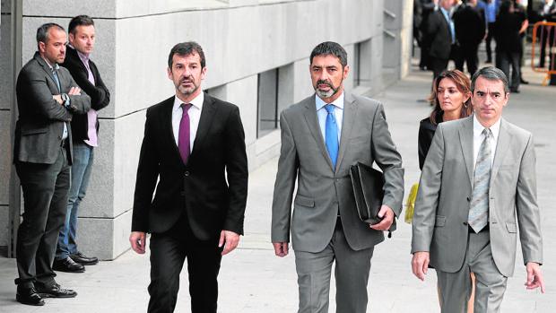 Ferran López, junto a Josep Lluís Trapero a la entrada de la Audiencia el 16 de octubre