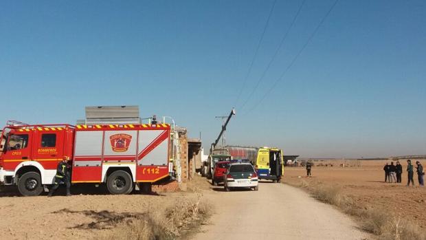 El tubo articulado del camión contactó con el tendido eléctrico aéreo, como se aprecia en la imagen