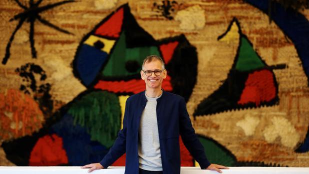 Marko Daniel posa ante una de las obras de Miró