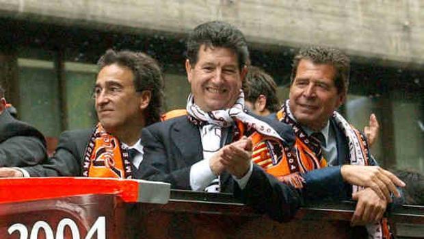 Imagen de Jaume Ortí, en el centro, durante la celebración de la Liga ganada por el Valencia en 2004