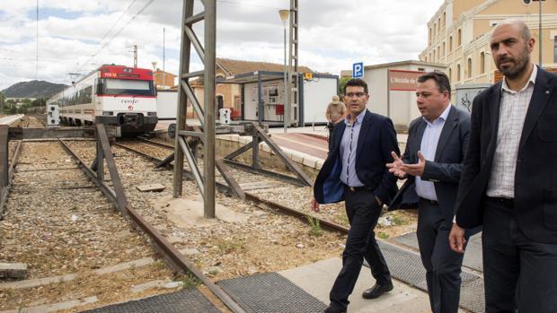 Jorge Rodríguez, en les vies del tren del rodalies entre l'Alcúdia i Canals