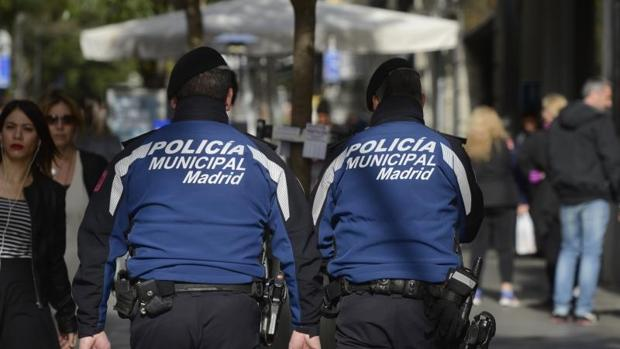 Dos policías municipales patrullan por las calles del centro de Madrid