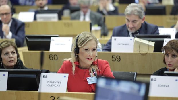 Cristina Cifuentes, presidenta de la Comunidad de Madrid, interviene ante el grupo del Partido Popular Europeo, en Bruselas