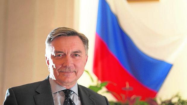 El embajador de Rusia en España posa para ABC durante la entrevista