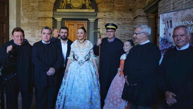 Las Falleras Mayores de Valencia visitan el Tribunal de las Aguas en el aniversario de la designación de las Fallas como patrimonio inmaterial de la UNESCO