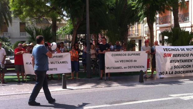 Protesta de vecinos de Mutxamel por la supresión del servicio postal