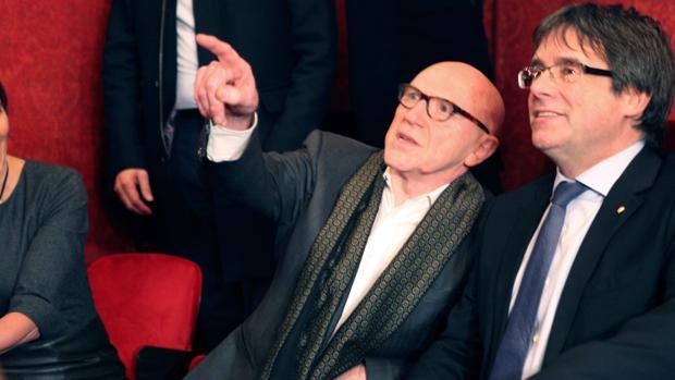 Carles Puigdemont, junto a su abogado Paul Bekaert
