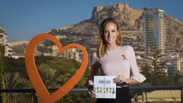 Sandra Ibarra con un ejemplar del libro, en el puerto de Alicante