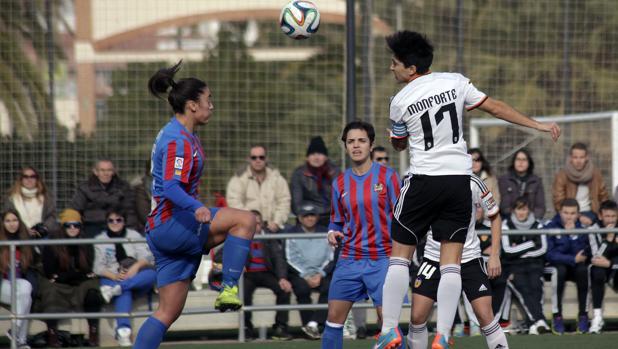 Imagen de archivo de un partido entre el Valencia y el Levante femenino