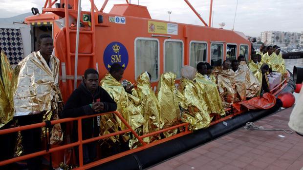 Imagen de la llegada a Tarifa de rescatados en el mar por Salvamento Marítimo esta semana
