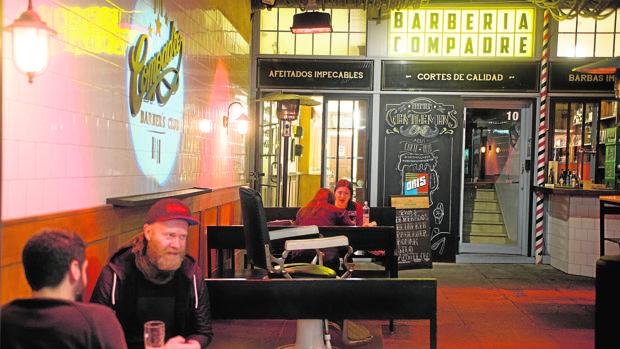 Varios de los clientes del bar-barbería de la calle Infantas