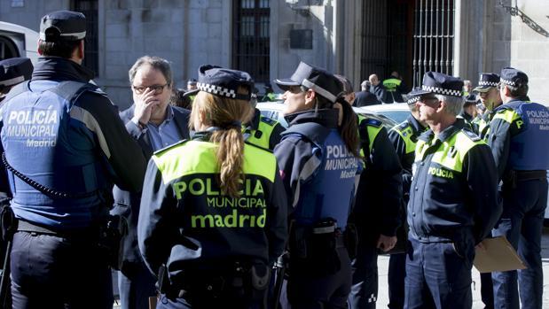 Un grupo de policías municipales, con el concejal de Seguridad