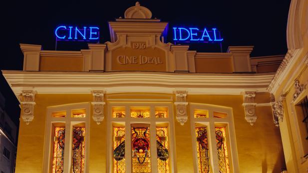 Fachada de los cines Ideal, en la calle del Doctor Cortezo