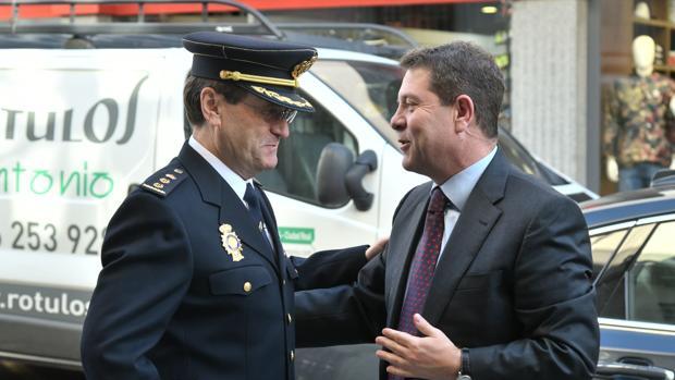 El presidente regional conversa con un mando policial en Ciudad Real