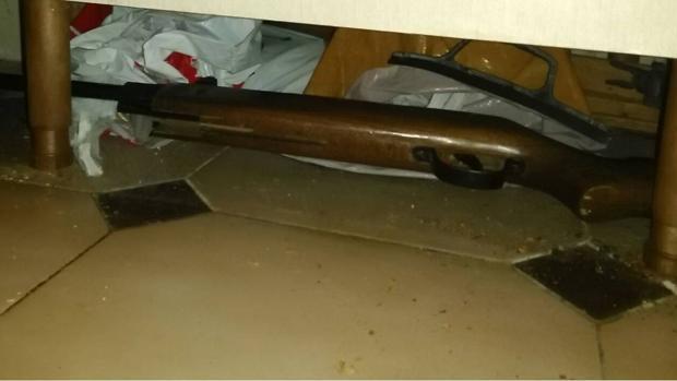 La carabina, debajo de un mueble en el domicilio de Santa Pola desde donde su dueña la usó para disparar