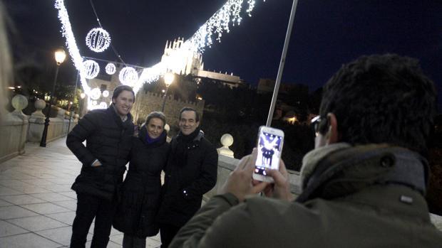 Milagros Tolón y José Bono son fotografiados con un ciudadano en el puente de san Martín este viernes